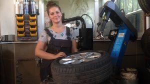 Babakocsitól a traktorkerékig – betekintés Aranka gumis műhelyébe